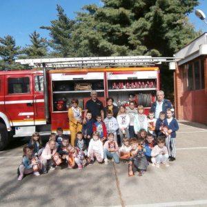 """Mališani Vrtića """"Maslačak"""" i učenici Osnovne škole Belišće posjetili vatrogasce"""